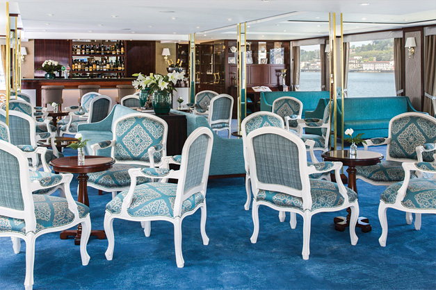 Queen Isabel: Lounge